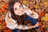 秋の女性のクローズ アップを葉します。 — ストック写真