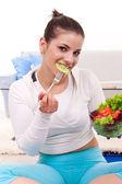 Comiendo ensalada fresca — Foto de Stock