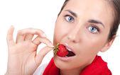 Donna mordere una fragola — Foto Stock