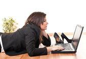 Kobieta pracuje na laptopie — Zdjęcie stockowe