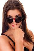 Brunette sexy avec des lunettes de soleil — Photo
