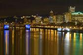 Portland skyline van de binnenstad stad door waterkant bij nacht — Stockfoto