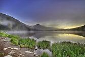 Alba nebbiosa a lago trillium con monte cofano — Foto Stock
