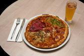 Dört mevsim tür pizza ve bira yer ayarı — Stok fotoğraf