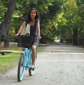 Kadın bir bisiklet sürme — Stok fotoğraf
