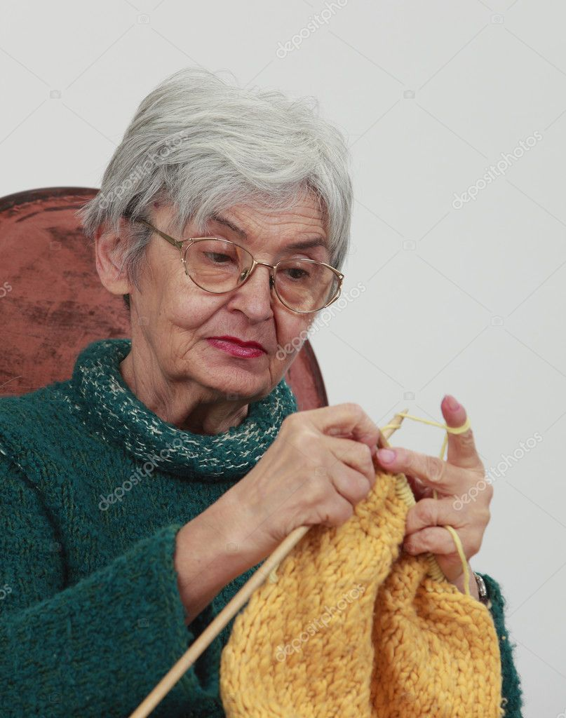 Old Knitting Pictures : Old woman knitting — stock photo razvanphoto