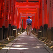 Tourist in Kyoto-Inari gates tunnel — Stock Photo