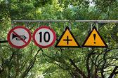 Cuatro señales de tráfico con advertencia y límite de velocidad — Foto de Stock