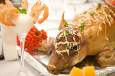 Small pig baked on a festive table — Foto de Stock