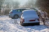 Автомобиль под снегом — Стоковое фото