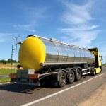 在公路上大燃料气体加油车 — 图库照片