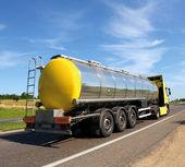 Grote brandstof gas tank vrachtwagen op de snelweg — Stockfoto