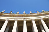 Famous colonnade of St. Peter's Basilica — Stock Photo