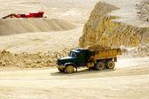 Vrachtwagen vervoer dolomiet steen — Stockfoto