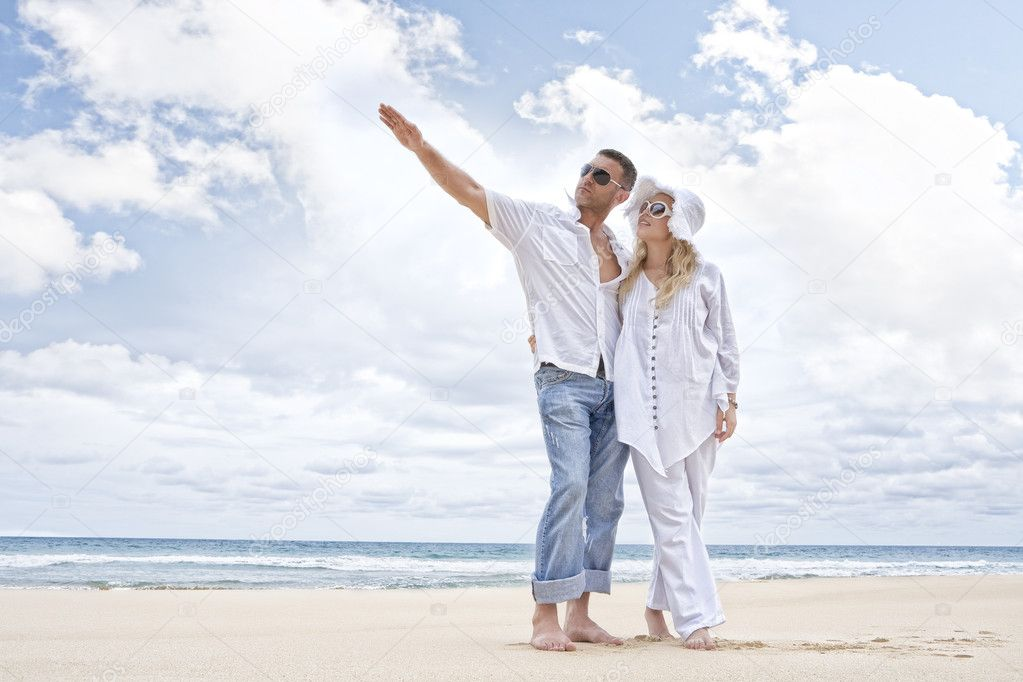 Portrait of young nice couple having good time on the beach — Stock Photo #4067544