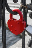 Red heart-shaped lock — ストック写真