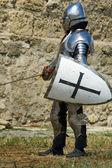 Chevalier du moyen âge européen près de mur de la citadelle — Photo