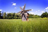 Piękny krajobraz z wiatrak — Zdjęcie stockowe