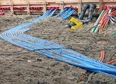 цвета кабелей кучи на песок, разнообразие сайт строительство. — Стоковое фото