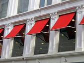 Poche finestre edificio rosso, dettagli costruttivi — Foto Stock
