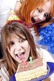 Deux copines avec gâteau célèbrent le 21ème anniversaire — Photo