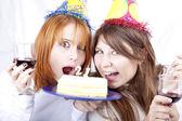 Två flickvänner med kaka fira 21 födelsedag — Stockfoto