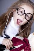 Liten flicka med stetoskop och björnen cub. — Stockfoto