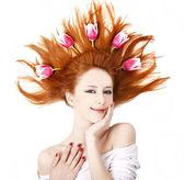 Bela garota ruiva com tulipas. — Fotografia Stock