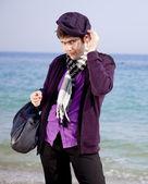 Stylu mężczyzn w fiolet na plaży. — Zdjęcie stockowe
