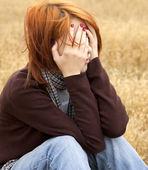 フィールドでの悲しい孤独な赤い髪の少女 — ストック写真