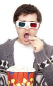 Grappige mannen in stereo glazen met popcorn. — Stockfoto
