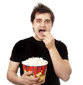 ポップコーンを食べて面白い男性. — ストック写真