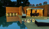 Luxury Villa garden - Night time — Stockfoto