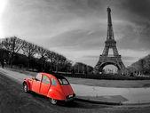 Eiffeltoren en oude rode auto-parijs — Stockfoto