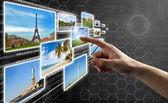 Dedo presionando un botón virtual en una interfaz de pantalla táctil — Foto de Stock