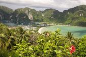 Paisaje de mar y el cielo de la isla de phi phi — Foto de Stock