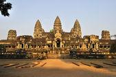 храм ангкор ват лучи восходящего солнца. — Стоковое фото