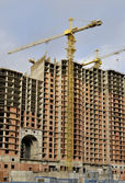 The tower crane on building of a new high-rise apartment house. — Stock Photo