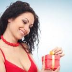 mooie vrouw met doos van de gift — Stockfoto