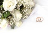 Vigselringar och rosor — Stockfoto