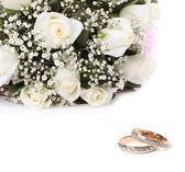 Anillos de boda y ramo de rosas — Foto de Stock
