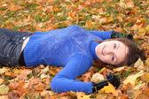 Gelukkig jongedame in de herfst park — Stockfoto