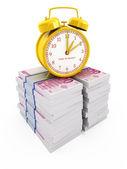 Tijd is geld begrip geïsoleerd op wit. wekker op stapels van euro — Stockfoto