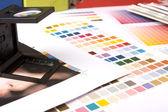 Comprobación de la impresión con una lupe — Foto de Stock