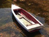 Houten boot in kleine haven, titicacameer, peru — Stockfoto