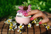 Ręka z kosmetyk naturalny krem — Zdjęcie stockowe