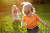 The first steps of the kid. — Stock Photo