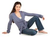 Wh 免震床の上に座って美しいカジュアルな服装の女性 — ストック写真