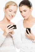 Two young women with smartphones — Stock Photo
