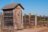 Old weathered outhouse — Stock fotografie